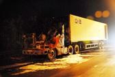 Xe container bốc cháy trên đường dẫn cao tốc