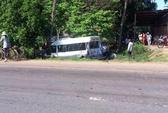 Tạt đầu xe đón khách đột ngột, tài xế làm 7 khách trọng thương