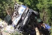 Xe tải lao đầu xuống vực đèo Cù Mông, 1 người chết