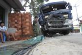 Xe bồn mất lái tông đổ hai trụ điện trước nhà dân
