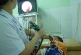 Đi tắm suối, bé 3 tuổi bị vắt chui vào mũi