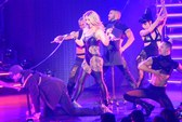 Britney Spears cười tươi, dắt bạn trai lên sân khấu