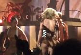 Britney Spears suýt tụt trang phục trên sân khấu