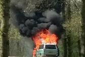 Bị cháy xe gần bầy sư tử, 3 mẹ con thoát chết