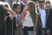 Angelina Jolie hạnh phúc khoe con trai cả có bồ