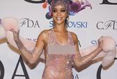 """Rihanna """"mặc như không"""" trên thảm đỏ"""