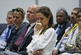 Angelina Jolie rơi nước mắt nghe chuyện hiếp dâm
