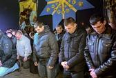Cảnh sát Ukraine quỳ gối xin lỗi người biểu tình