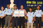 Trao tiền hỗ trợ ngư dân Bình Thuận, Bình Định