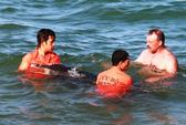 Cứu hộ thành công cá heo dạt vào bờ