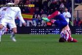 Va chạm kinh hoàng với Ronaldo, hậu vệ Atletico té gãy cổ