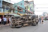 Xe cẩu lật nhào do vướng dây điện, 1 phụ nữ bị thương