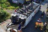 Xe chui gầm cầu vượt, 26 người bị thương