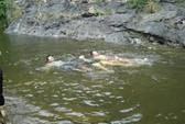 Thi bơi với trẻ em, thanh niên thiệt mạng
