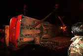 Lật xe giường nằm Phương Trang, 13 người nhập viện