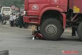 Vượt đèn đỏ rồi tông xe tải, 1 người nguy kịch
