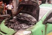 Taxi bất ngờ bốc cháy, tài xế tung cửa bỏ chạy