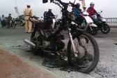 Xe máy bốc cháy trên cầu Phú Xuân