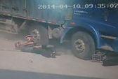Cha hy sinh thân mình cứu con thoát khỏi bánh xe tải