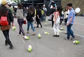 Dắt... bắp cải đi dạo: trào lưu quái đản ở Trung Quốc!