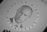 iPhone titan in hình Putin giá 70 triệu đồng