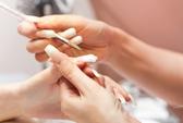 Keo gắn móng tay giả chứa độc tố gây vô sinh