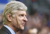 Thua đậm Everton, HLV Wenger bắt đầu lo sợ