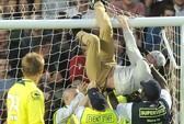 Fan cuồng trèo khung thành trong trận thua của M.U '92