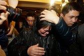 Vụ máy bay chở 239 người mất tích: Người thân lo lắng, giận dữ