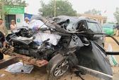 Đối đầu với xe tải, 3 người trong gia đình tử nạn