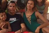 Ronaldo mặt như mèo bên bạn gái và con trai