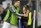 Fan nữ sướng phát điên vì được Ronaldo ôm