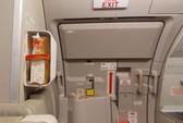 Vừa hạ cánh, khách đã mở cửa thoát hiểm máy bay VNA để xuống sớm