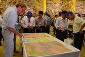 Học giả quốc tế ký tên vào bản đồ Việt Nam có Hoàng Sa - Trường Sa