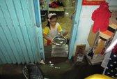Triều cường lên đỉnh, dân Sài Gòn bì bõm tát nước