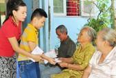 Cát Phượng dạy con trai cùng làm từ thiện