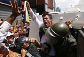 Thủ lĩnh đối lập Venezuela nộp mình cho cảnh sát