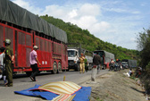 Xe tải đối đầu xe buýt, tài xế chết tại chỗ