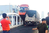 Cố vượt đường hẹp, xe Phương Trang nằm vắt vẻo giữa cầu