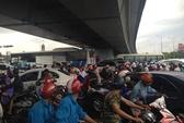 Hàng trăm người trú mưa ở gầm cầu vượt làm giao thông hỗn loạn