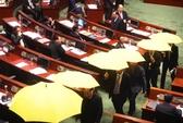 """Chính quyền Hồng Kông """"theo"""" Bắc Kinh, ô vàng bung giữa nghị trường"""
