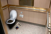 Nhật xem xét lắp toilet trong thang máy