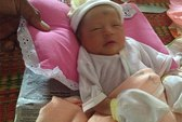 Phát hiện 2 trẻ sơ sinh bị bỏ rơi ngoài vuông tôm