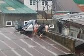 Bơi qua dòng lũ nhiễm điện cứu 3 mẹ con kẹt trong nhà sập