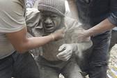 Người Nepal dùng tay đào đất cứu nhau