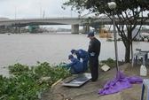 Xác nam thanh niên không áo, cổ quấn khăn nổi trên sông Sài Gòn