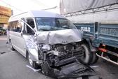 Chờ đèn đỏ, 6 xe tải, ô tô bị tông nát bét, 5 người bị thương