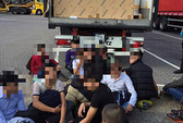 Anh phát hiện 17 người Việt trốn trong xe tải vượt biên