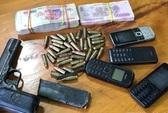 Mang nhiều đạn, súng, dao và 4 điện thoại vượt biên trái phép