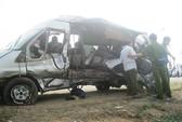 Xe khách né máy trộn bê-tông, 5 người chết